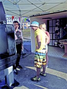 Les visiteurs découvre la machine !